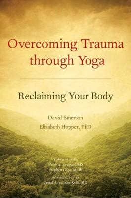Overcoming Trauma Through Yoga Elizabeth Hopper, David Emerson 9781556439698